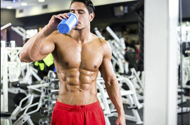 protein tozu içen adam